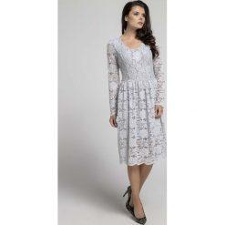 Szara Wizytowa Rozkloszowana Sukienka z Koronki. Szare sukienki balowe marki Molly.pl, l, w koronkowe wzory, z koronki, dekolt w kształcie v, dopasowane. W wyprzedaży za 139,41 zł.