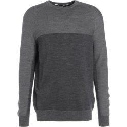 Under Armour CREW PANNELLED Sweter carbon heather. Szare swetry klasyczne męskie marki Under Armour, l, z materiału. W wyprzedaży za 344,25 zł.