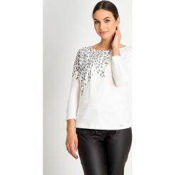 Bluzka ecru ze wzorem na ramieniu QUIOSQUE. Czarne bluzki asymetryczne QUIOSQUE, z motywem zwierzęcym, z bawełny, z długim rękawem. W wyprzedaży za 59,99 zł.