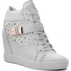 Sneakersy CARINII - B4395 I81-000-000-B88. Białe sneakersy damskie Carinii, z materiału. W wyprzedaży za 249,00 zł.