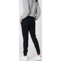 NA-KD Basic Spodnie dresowe basic - Black. Różowe spodnie z wysokim stanem marki NA-KD Basic, z bawełny. Za 100,95 zł.