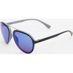 Okulary przeciwsłoneczne z antracytowym elementem. Szare okulary przeciwsłoneczne męskie wayfarery marki Pull&Bear. Za 59,90 zł.
