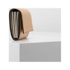 Portfele damskie: Calvin Klein COMPACT LARGE TRIFOLD Portfel brown