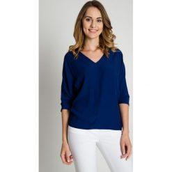 Granatowa bluzka z dekoltem w serek BIALCON. Niebieskie bluzki nietoperze BIALCON, eleganckie, z dekoltem w serek. W wyprzedaży za 175,00 zł.