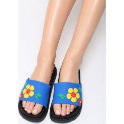 Niebieskie Klapki Stiff Sunflower. Niebieskie crocsy damskie marki Born2be, w paski, na płaskiej podeszwie. Za 59,99 zł.