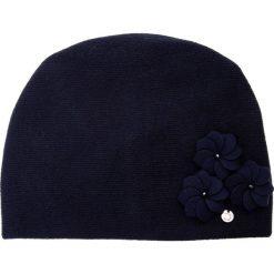 Granatowa czapka z trzema kwiatami QUIOSQUE. Czerwone czapki damskie QUIOSQUE, w kwiaty, z wełny. Za 99,99 zł.