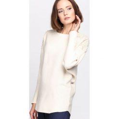 Beżowy Sweter Incidental. Brązowe swetry klasyczne damskie Born2be, l, z dzianiny, z dekoltem w łódkę. Za 59,99 zł.