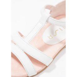 Unisa LUPAS Sandały white. Białe sandały chłopięce marki Unisa, z materiału, z otwartym noskiem. W wyprzedaży za 144,50 zł.
