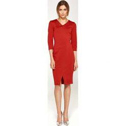 Czerwona Dopasowana Elegancka Sukienka z Przeszyciami. Czerwone sukienki balowe Molly.pl, do pracy, l, z dzianiny, z dekoltem na plecach, midi, dopasowane. Za 168,90 zł.