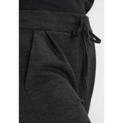 Spodnie dresowe damskie: Vero Moda Petite VMEVA LOOSE PANTS Spodnie treningowe dark grey melange