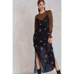 Długie sukienki: NA-KD Trend Asymetryczna koronkowa sukienka z falbanką - Black