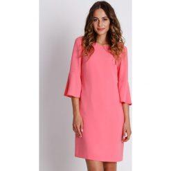 Pudrowa sukienka mini z podszewką BIALCON. Czerwone sukienki balowe marki BIALCON, na co dzień, z kopertowym dekoltem, mini, kopertowe. W wyprzedaży za 200,00 zł.