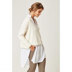 Sweter w kolorze kremowym. Białe swetry klasyczne damskie marki SCUI. W wyprzedaży za 139,95 zł.