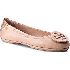 Baleriny TORY BURCH - Minnie Travel Ballet With Logo 51158251 Goan Sand 927. Brązowe baleriny damskie lakierowane Tory Burch, ze skóry, na płaskiej podeszwie. Za 999,00 zł.