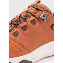 Teva ARROWOOD LUX WP Obuwie hikingowe cognac. Brązowe buty trekkingowe męskie Teva, z materiału, outdoorowe. W wyprzedaży za 447,20 zł.