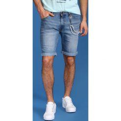 SZORTY MĘSKIE GŁADKIE. Szare spodenki jeansowe męskie marki Top Secret, na lato. Za 39,99 zł.