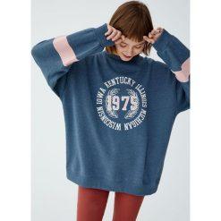Bluza college z naszywką. Niebieskie bluzy damskie Pull&Bear, z aplikacjami. Za 89,90 zł.