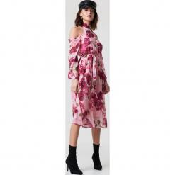 NA-KD Boho Sukienka midi z wycięciami na ramionach - Pink. Różowe długie sukienki marki numoco, l, z dekoltem w łódkę, oversize. Za 181,95 zł.