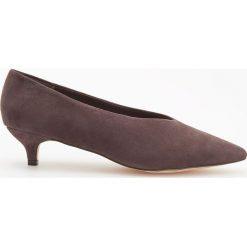 Skórzane czółenka na niskim obcasie - Fioletowy. Fioletowe buty ślubne damskie marki Reserved, na niskim obcasie. Za 199,99 zł.