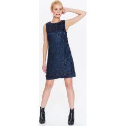 DAMSKA SUKIENKA MINI Z FANTAZYJNEJ BŁYSZCZĄCEJ TKANINY. Szare sukienki balowe marki Top Secret, na jesień, z tkaniny, z krótkim rękawem, mini, proste. Za 159,99 zł.