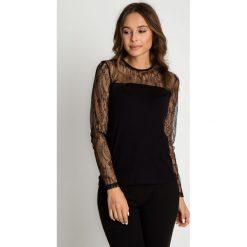 Czarna bluzka z koronkowymi rękawami BIALCON. Czarne bluzki asymetryczne BIALCON, w koronkowe wzory, z koronki, eleganckie. Za 99,00 zł.