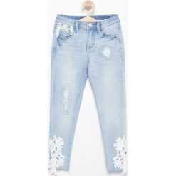Jeansy slim z koronkowymi detalami - Niebieski. Niebieskie jeansy dziewczęce Reserved, z jeansu. W wyprzedaży za 49,99 zł.