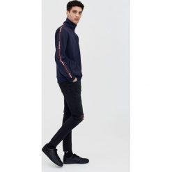 Czarne jeansy skinny fit z przetarciami. Szare jeansy męskie relaxed fit marki Pull & Bear, moro. Za 69,90 zł.