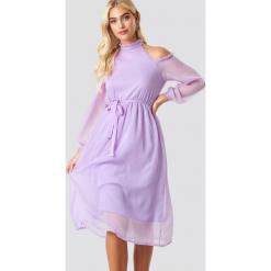 NA-KD Boho Sukienka midi z wycięciami na ramionach - Purple. Niebieskie długie sukienki marki NA-KD Boho, na imprezę, w koronkowe wzory, z koronki, boho, na ramiączkach. Za 80,95 zł.
