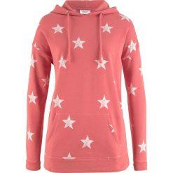 Bluza z kapturem i nadrukiem w gwiazdy bonprix rabarbarowy z nadrukiem. Czerwone bluzy rozpinane damskie bonprix, z nadrukiem, z kapturem. Za 74,99 zł.