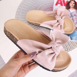 Chodaki damskie: Klapki damskie z kokardką pudrowy róż Ideal Shoes