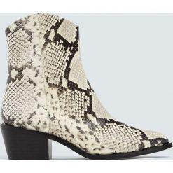 Białe skórzane botki kowbojskie z nadrukiem zwierzęcym. Czarne botki damskie na obcasie marki Pull&Bear. Za 349,00 zł.