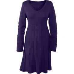 Sukienka dzianinowa bonprix ciemny lila. Niebieskie sukienki dzianinowe marki bonprix, z nadrukiem. Za 109,99 zł.