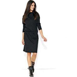 Dresowa Czarna Sukienka ze Ściągaczem. Czarne sukienki dresowe marki Molly.pl, na co dzień, l, z aplikacjami, oversize. Za 112,90 zł.