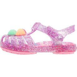 Crocs ISABELLA NOVELTY Sandały kąpielowe neon purple. Czerwone sandały chłopięce marki Crocs, z materiału. Za 149,00 zł.