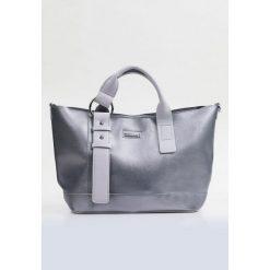 Połyskująca torba typu shopper. Szare shopper bag damskie Monnari, w paski, ze skóry. Za 99,60 zł.