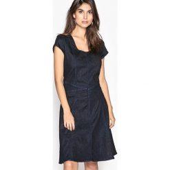 Sukienki balowe: Rozszerzana sukienka z denimu ze streczem