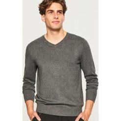 Sweter z dekoltem w serek - Szary. Niebieskie swetry klasyczne męskie marki bonprix, m, melanż. Za 79,99 zł.