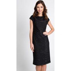 Sukienki balowe: Czarna sukienka w srebrne pasy QUIOSQUE