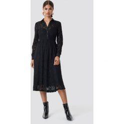NA-KD Koronkowa sukienka midi - Black. Czarne sukienki koronkowe marki NA-KD, midi, w kształcie a. Za 242,95 zł.