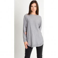 Szary sweter z ozdobnym tyłem QUIOSQUE. Szare swetry klasyczne damskie marki QUIOSQUE, z jeansu. W wyprzedaży za 139,99 zł.
