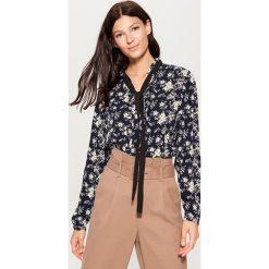 Koszula z kontrastowym wiązaniem - Wielobarwn. Szare koszule wiązane damskie marki Mohito, z kontrastowym kołnierzykiem. Za 69,99 zł.