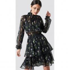 NA-KD Boho Sukienka z marszczoną stójką - Black. Niebieskie długie sukienki marki NA-KD Boho, na imprezę, w koronkowe wzory, z koronki, boho, na ramiączkach. Za 161,95 zł.