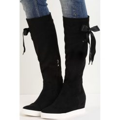 Czarne Kozaki Hidden Lie. Czarne buty zimowe damskie marki Kazar, z futra, przed kolano, na wysokim obcasie, na koturnie. Za 109,99 zł.