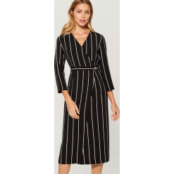 Sukienka midi z kopertową zakładką - Wielobarwn. Czarne sukienki z falbanami marki numoco, l, z długim rękawem, midi, oversize. Za 169,99 zł.