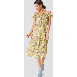 Trendyol Wzorzysta sukienka z falbankami - Yellow. Niebieskie sukienki z falbanami marki Reserved, z odkrytymi ramionami. W wyprzedaży za 85,37 zł.