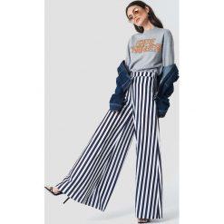 NA-KD Bluza Game Changer - Grey. Szare bluzy z nadrukiem damskie NA-KD, z dzianiny, z długim rękawem, długie. Za 141,95 zł.