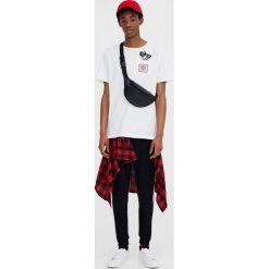 Koszulka z rysunkiem. Szare t-shirty męskie marki Pull & Bear, okrągłe. Za 19,90 zł.