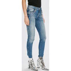 Guess Jeans - Jeansy Sexy Curve. Niebieskie jeansy damskie rurki marki Guess Jeans, z aplikacjami, z bawełny. W wyprzedaży za 499,90 zł.