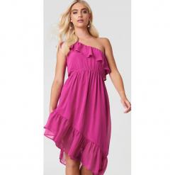 Andrea Hedenstedt x NA-KD Asymetryczna sukienka na jedno ramię - Pink. Różowe sukienki asymetryczne marki Andrea Hedenstedt x NA-KD, z poliesteru, z asymetrycznym kołnierzem. W wyprzedaży za 64,78 zł.
