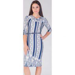 Biało-granatowa sukienka w stylu folk QUIOSQUE. Białe sukienki dzianinowe marki QUIOSQUE, paisley. W wyprzedaży za 46,00 zł.